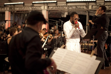 Gregg August, Yasiin Bey, and Alan Pierson. Photo: Dave Sanders © Brooklyn Philharmonic.