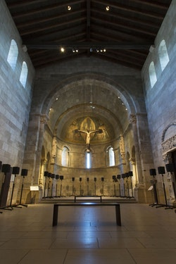 """Janet Cardiff, """"The Forty Part Motet,"""" (2001). Fuentidueña Chapel at The Cloisters Museum and Gardens. Image: The Metropolitan Museum of Art/Wilson Santiago."""