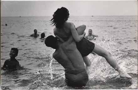 Garry Winogrand, Coney Island, New York (1952). Gelatin silver print, The Museum of Modern Art, New York. Purchase and gift of Barbara Schwartz in memory of Eugene M. Schwartz © The Estate of Garry Winogrand, courtesy Fraenkel Gallery, San Francisco.