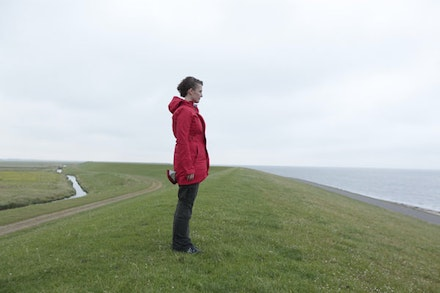 Sarah Cameron Sunde prepares for her next immersion: overlooking the Waddenzee, part of the North Sea. Photo: Jonas de Witte.