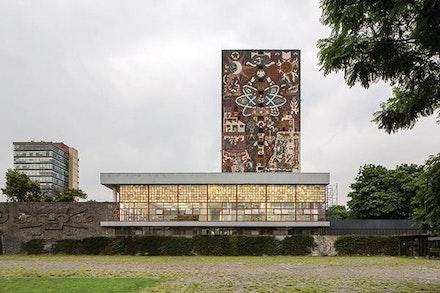 The stack tower of the UNAM Library, Mexico City. Photo: Leonardo Finotti.