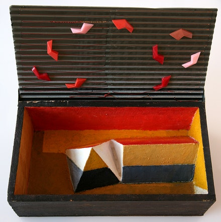 Leo Rabkin, <em>Untitled</em>. Plexiglas, wire, wood box, polychrome geometric forms, 4.5 x 8.5 x 2.75 inches. Courtesy Luise Ross.