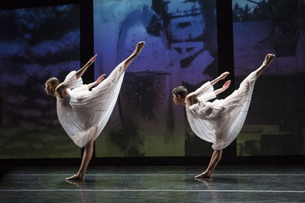Stephen Petronio Company in Trisha Brown's <em>Glacial Decoy</em>. Pictured L-R: Emily Stone and Cori Kresge. Photo: Yi-Chun Wu.