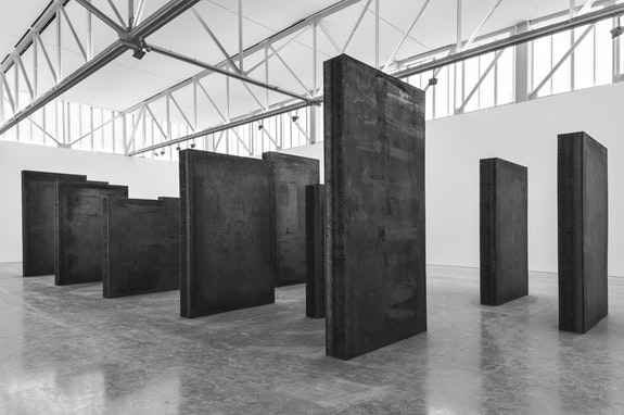 Richard Serra, <em>Every Which Way</em>, 2015. Weatherproof steel. Sixteen slabs. Five: 11 feet x 6 feet x 11 inches; Six: 9 feet x 6 inches x 11 inches; Five: 7 feet x 6 feet x 11 inches; Overall: 11 feet x 53 feet 6 inches x 21 feet. (c) Richard Serra. Photograph by Cristiano Mascaro.