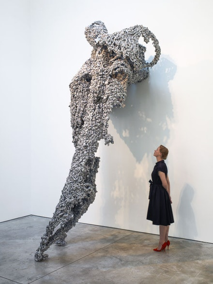 Lynda Benglis, <em>THE FALL CAUGHT</em>, 2016. Aluminum. 170 × 85 × 96 inches. © Lynda Benglis/Licensed by VAGA, New York. Courtesy Cheim & Read, New York.