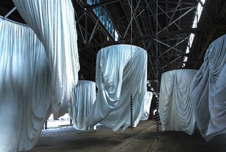 <p>Installation view:<em>habitus</em>, Municipal Pier 9, made in collaboration with The Fabric Workshop and Museum, Philadelphia, September 17, 2016–January 8, 2017.© Ann Hamilton. Photo: Thibault Jeanson.</p>