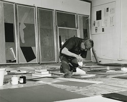 Robert Motherwell working in his Greenwich, Connecticut studio, May 1976, Dedalus Foundation Archives.