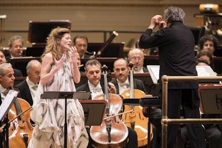 <p>Barbara Hannigan, Sir Antonio Pappano, Orchestra dell&rsquo;Accademia Nazionale di Santa Cecilia at Carnegie Hall. Photo by Chris Lee.</p>
