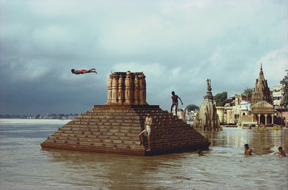 Raghubir Singh,<em>Man Diving, Ganges Floods, Benares, Uttar Pradesh</em>, 1985 Photograph copyright © 2017 Succession Raghubir Singh.