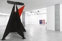 Installation view of <em>Kinetics of Violence: Alexander Calder + Cady Noland</em>, curated by Sandra Antelo-Suarez, Venus Over Manhattan, 2017. Artworks © 2017, the artists. Courtesy Venus Over Manhattan, New York.