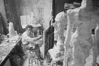 Alberto Giacometti painting in his Paris studio, 1958. Photo: Ernst Scheidegger © 2018 Stiftung Ernst Scheidegger‐ Archiv, Zuürich