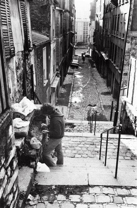 <p>Simonds constructing <em>Dwelling</em>, Passage Julien Lacroix, Belleville, Paris, 1976. Photo: Andre Morain.</p>