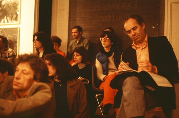 Irving Sandler taking notes at an ArtistsTalkOnArt panel in the 1980s. © ArtistsTalkOnArt, Inc.