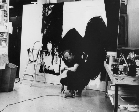 Robert Motherwell at work in his studio, 1972. Courtesy Dedalus Foundation.