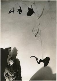André Kertesz, <em>Alexander Calder with Eucalyptus (1940)</em>, 1940. © Copyright ARS, NY. © André Kertesz - RMN. Courtesy the Calder Foundation, New York / Art Resource, NY.