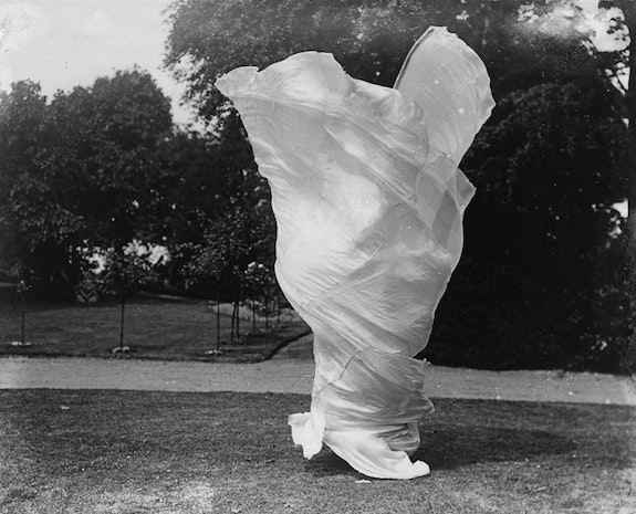 Marie-Louise, called Loïe Fuller (1862-1928), american dance artist. c. 1900. Photo: Samuel Joshua Beckett (fl.1901-1908). Adoc-photos / Art Resource, NY.