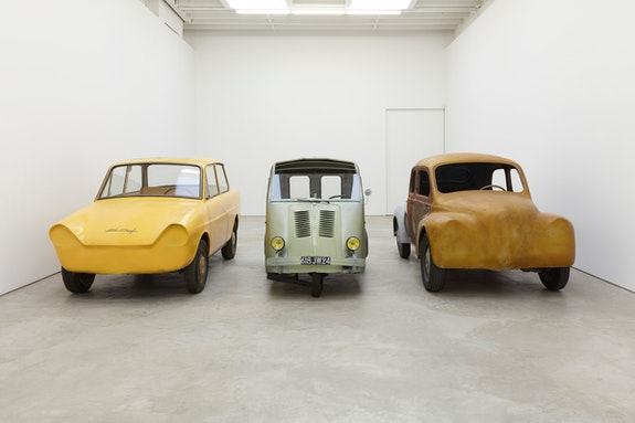 Robert Grosvenor, <em>Three car unit</em>, 2012-2017. Painted steel, 60 x 185 x 140 inches. Installation view, Karma, New York. Photo: Thomas Müller. © Robert Grosvenor. Courtesy Paula Cooper Gallery, New York.