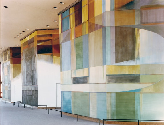 David Novros, <em>Untitled,</em> 1977, fresco, 20 feet tall, Cooch Auditorium, University of Texas Health Science Center, Dallas, TX. Photo: Adam Bartos. © 2019 David Novros /Artists Rights Society (ARS), New York. Courtesy Paula Cooper Gallery, New York.