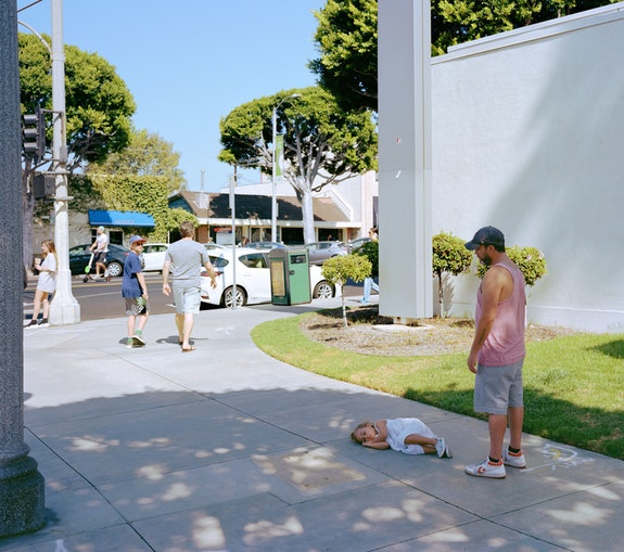 Jeff Wall, <em>Parent child</em>, 2018. Inkjet print, 86 5/8 x 108 1/4 inches. © Jeff Wall. Courtesy Gagosian.