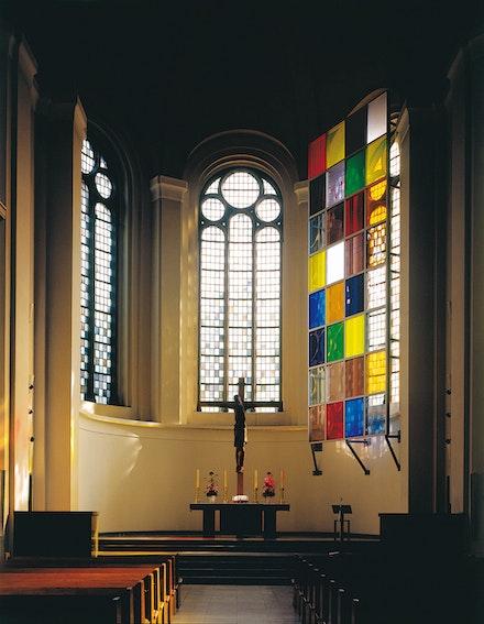 Mischa Kuball, <em>ein Fenster (one window)</em>, 2001, installation, site-specific steel, glass 4,50x9,50m, 3x32 panles Johanneskirche Düsseldorf / DE Photo: Nic Tenwiggenhorn, Düsseldorf / DE. © Archive Mischa Kuball, Düsseldorf / VG Bild-Kunst, Bonn 2019