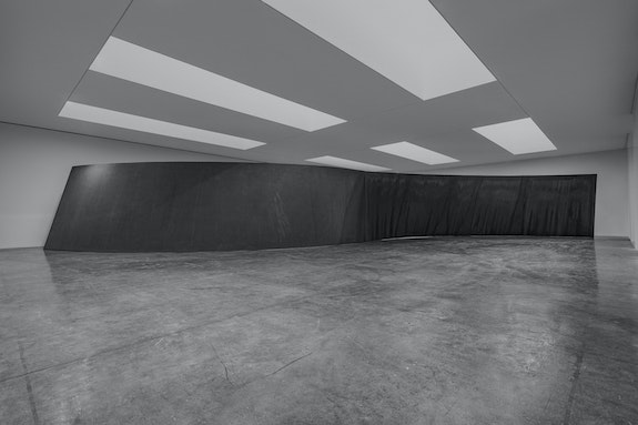 Richard Serra, <em>Reverse Curve</em>, 2005/2019. Weatherproof steel, overall 157 1/2 x 1197 x 235 inches; plate: 2 inches thick. © 2019 Richard Serra/Artists Rights Society (ARS), New York. Photo: Cristiano. Courtesy Gagosian.