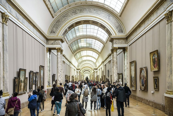 Visitors in the Grande Galerie. © 2017 Musée du Louvre. Photo: Olivier Ouadah.