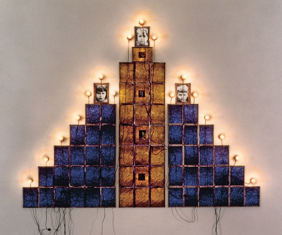 Christian Boltanski, <em>Monument</em>, 1987. 19 color photographs, 6 x 7 3/4 inches each, 11 15Watt /230 V lightbulbs, 11 sockets. Carré d'art – Musée d'art contemporain, Nîmes. Photo: © David Huguenin. © ADAGP, Paris, 2019.
