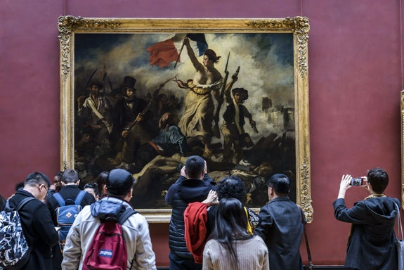 Visitors in front of Delacroix's <em>Liberty Leading the People</em>. © 2017 musée du Louvre. Photo: Olivier Ouadah.