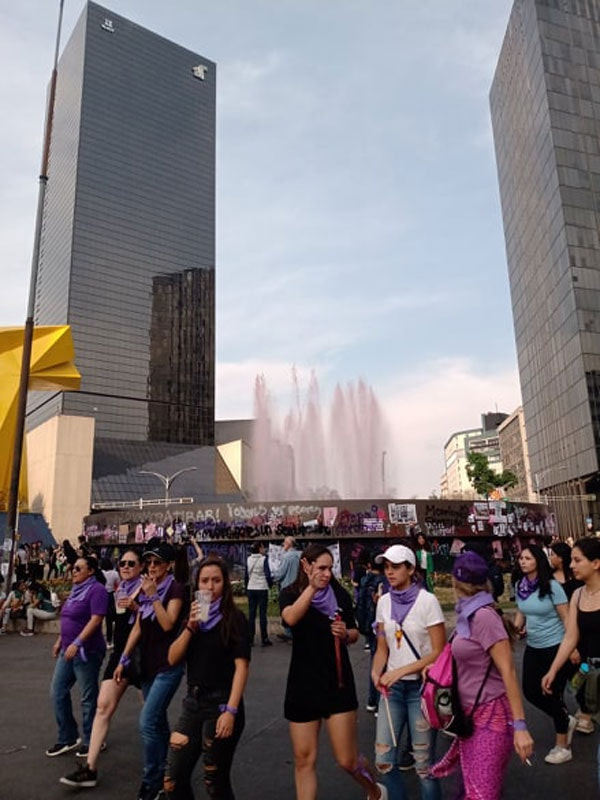At the Caballito monument on Reforma Avenue, activists dyed the waters of the fountain pink. Photo: David Schmidt.