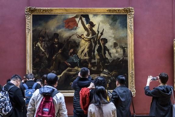 Visitors in front of Delacroix's <em>Liberty Leading the People</em>. © 2017 musée du Louvre. Photo: Olivier Ouadah.