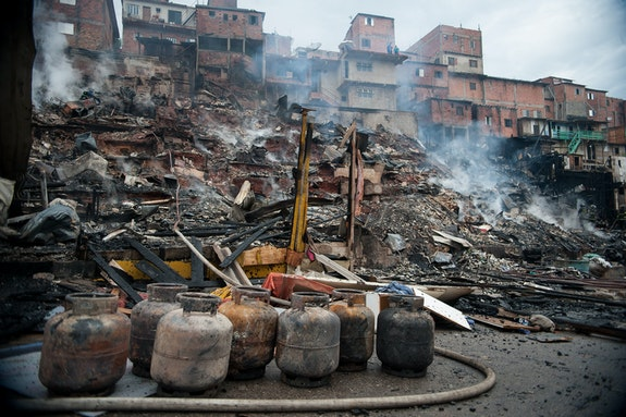 Fire hits homes of Paraisópolis community, 2014. Photo: Marcelo Camargo / Agência Brasil. Accessed on <a href=
