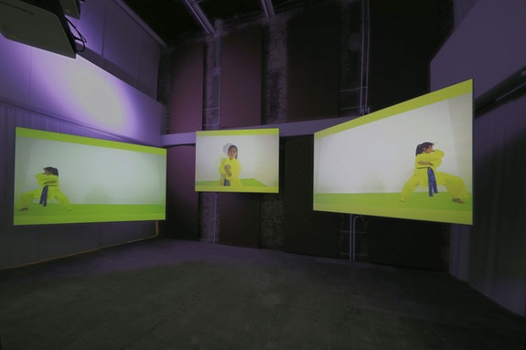 Elena Tejada-Herrera, <em>They Sing, They Dance, They Fight</em>, 2020. 3-Kanal-Videoinstallation, Farbe, Ton, Loop; Discobeleuchtung, 1609. Photo: Silke Briel.