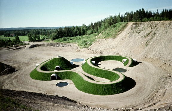 Nancy Holt, <em>Up and Under </em>(1987-98). Pinsiö, Finland. Sand, concrete, topsoil, grass, water. Overall surface area: 14 acres (5.7 hectares). Mound: height ranges from 11 to 26 ft. (3.5 to 8 m); length of 630 ft. (192 m). Tunnels: length 241 ft. (74 m); diameter: 10 ft. (3 m). © Holt/Smithson Foundation, Licensed by VAGA at ARS, New York.