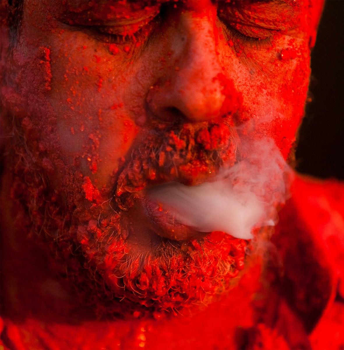 Caetano Dias, <em>Straws - Action with Annato on body at Favela Hill</em>, 2015–16. Performance. Courtesy the artist.