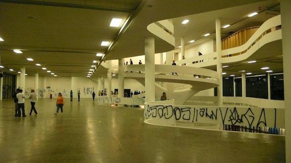 Cripta Djan, <em>Ataque a Bienal</em>, 2008. Fotografia digital documentando a ação. Cortesia da artista.