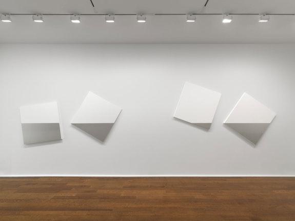 Installation view: <em>François Morellet: In-Coherent</em>, Hauser & Wirth, New York, 2021. © François Morellet/Artists Rights Society (ARS), New York/ADAGP, Paris. Courtesy Estate Morellet. Photo: Dan Bradica.