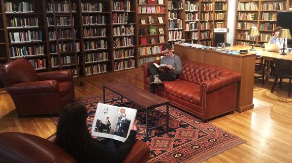 Students in the Art Writing Library on 21st Street.