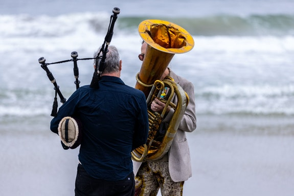 Moriah Evans, <em>Repose</em>. Rockaway Beach, Beach Sessions Dance Series 2021. Musicians left to right: David Watson, Sam Kulik. Photo: Maria Baranova.