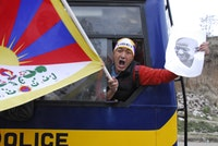 Unidentified protester with Tibetan flag. Photos by Xavier Moucq.