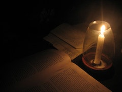 Reading by candlelight (© dpnicholls, flickr)