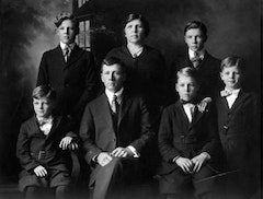 Photograph of the Pollock family / from left to right: Sanford LeRoy, Charles Cecil, LeRoy, Stella, Frank Leslie, Marvin Jay, Paul Jackson. © Charles Pollock Archives.