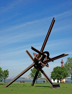 """""""Will,"""" 1994. Steel. 42' 8""""×36'×29' 6"""". The Doris and Donald Fisher Collection. Photo by Jerry L. Thompson."""