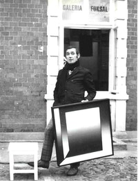 Wieslaw Borowski with a painting by Zbigniew Gostomski in front of Galeria Foksal in Warsaw. Photo courtesy of Galeria Foksal.