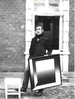 Wieslaw Borowski with a painting by Zbigniew Gostomski in front of Galeria Foksal in Warsaw. Photo courtesy of Galeria Foksal.