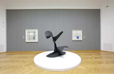 "Installation view, Alexander Calder: De grote ontdekking, Gemeentemuseum den Haag, 2012. From left to right: Mondrian's ""Composition with Double Line and Blue,"" 1935; Calder's ""Devil Fish,"" 1937; and Mondrian's ""Composition de lignes et couleur: III,"" 1937. Courtesy the Calder Foundation."
